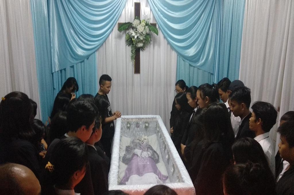 Keluarga dan teman memberikan penghormatan terakhir pada Andriana Yubelia Noven, siswi SMK yang tewas ditusuk di Bogor, Rabu, 9 Januari 2019, Medcom.id - Roni Kurniawan