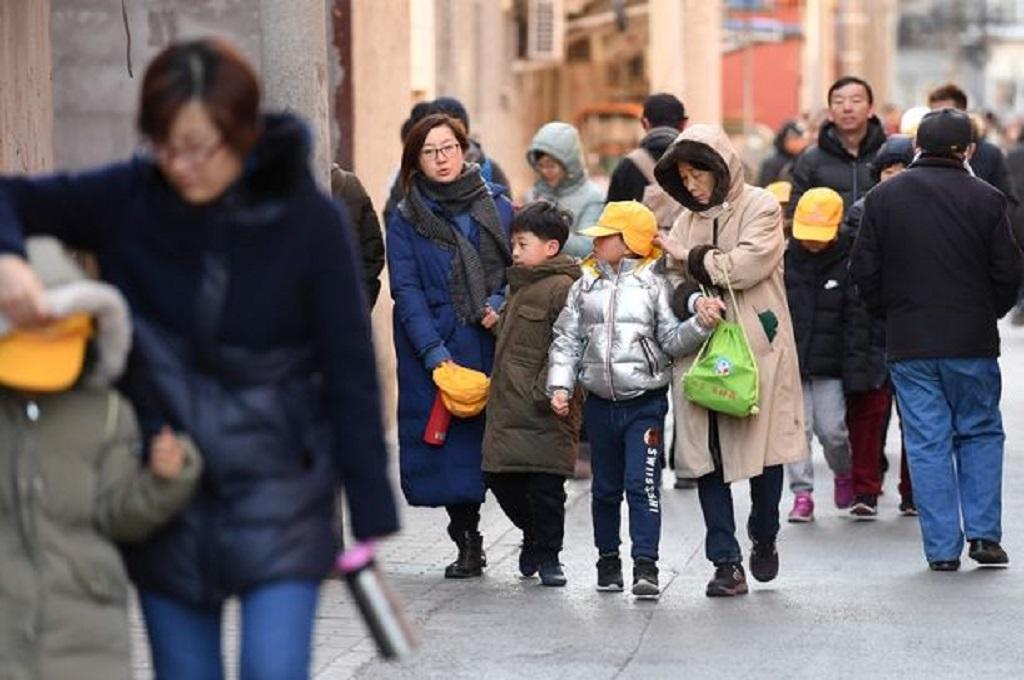Orang tua diminta menjemput anak-anak mereka terkait insiden penganiayaan di sebuah SD di Beijing, Tiongkok, Selasa 8 Januari 2019. (Foto: AFP/Getty Image)