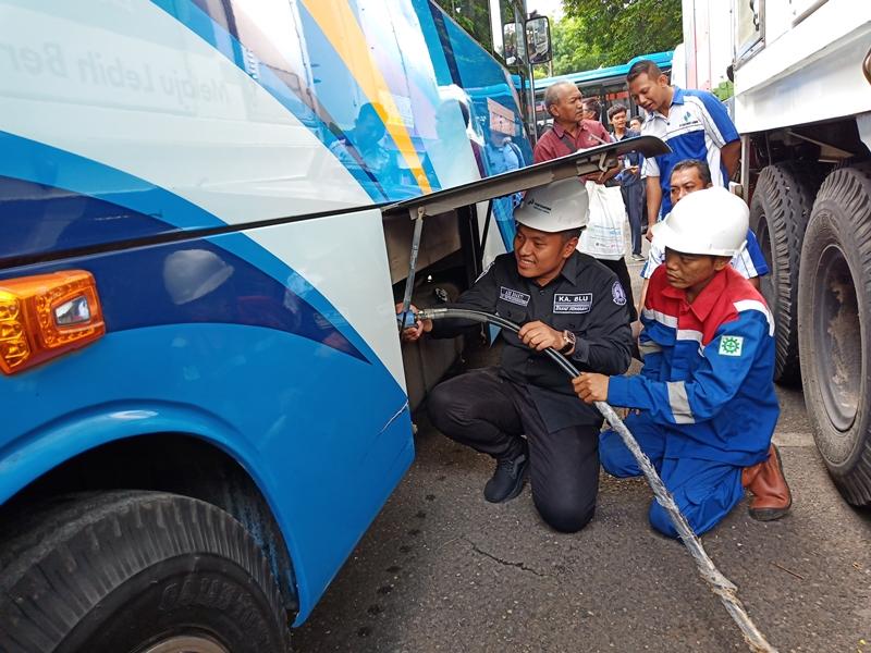 Petugas mencoba mengisi ulang Bahan Bakar Gas di BRT Trans Semarang, Rabu 9 Januari 2019. Medcom.id/Budi Arista Romadhoni
