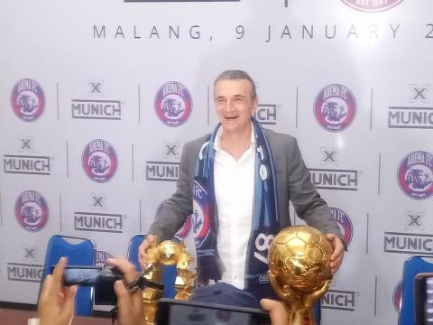 Pelatih Baru Arema FC Siap Jawab Tantangan Suporter