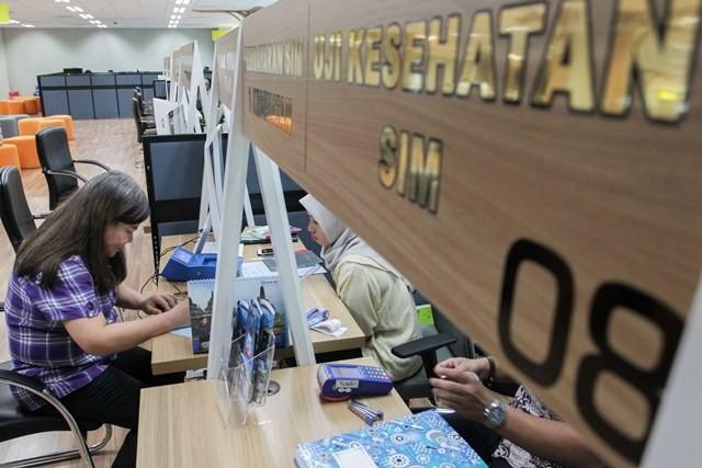 Ilustrasi. Warga memanfaatkan layanan pembuatan dan perpanjangan SIM kendaraan bermotor di Gerai SIM Pelayanan Polda Metro Jaya, Mall Pelayanan Publik, Jakarta, Jumat, (22/6). Foto: MI/Pius Erlangga