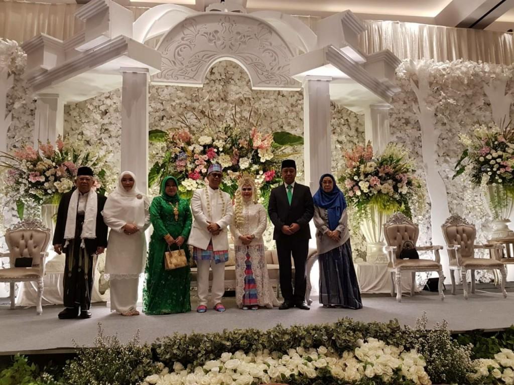 Ketua Umum PPP Romahurmuziy (kedua dari kanan) menghadiri pernikahan putri calon wakil presiden KH Ma'ruf Amin di kawasan Bogor, Jawa Barat. Foto: Dok/Istimewa