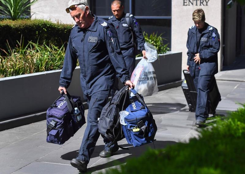Sebuah paket mencurigakan yang dibawa keluar dari Konsulat Italia di Australia. (Foto: AFP).