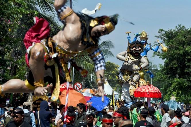 Ogoh-ogoh diarak saat Festival Ogoh-Ogoh di kawasan Ancol, Jakarta, Minggu (18/3). ANTARA FOTO/Hafidz Mubarak A.