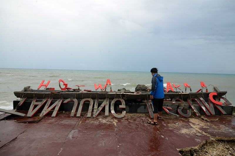Marka wisata Tanjung Lesung yang rusak berat akibat hempasan gelombang tinggi teronggok di Resort Tanjung Lesung, Banten, MInggu (23/12). MI/Susanto.