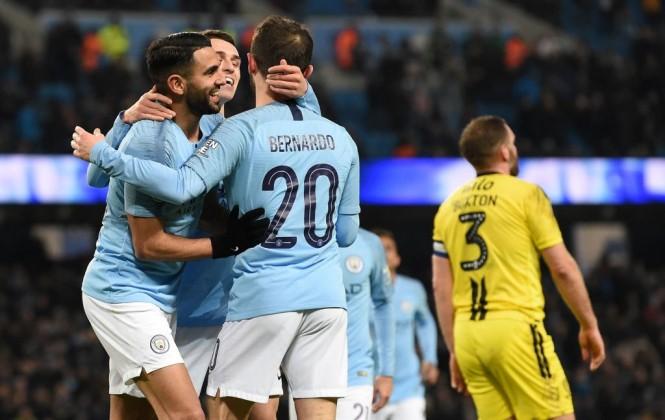 Para pemain Manchester City merayakan gol Riyad Mahrez ke gawang Burton Albion (Foto: AFP/Paul Ellis)