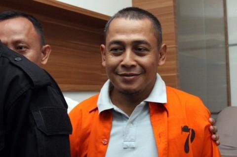 Polisi menggiring Bagus Bawana Putra (tengah), tersangka kasus