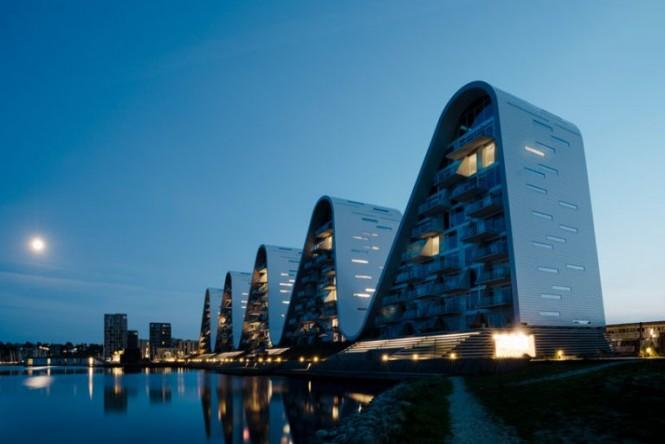 Pada malam hari, struktur bangunan ombak ini menyerupai siluet pegunungan. designboom/Jacob Due