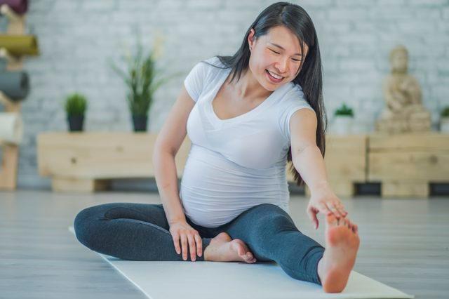 Berikut ini beberapa khasiat lain melakukan prenatal yoga. (Foto: Courtesy of FatCamera/iStock/GettyImages)