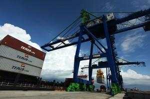 Makassar New Port Bongkar Muat Peti Kemas Perdana