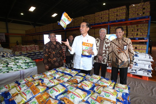 Presiden Joko Widodo (dua kanan) didampingi Menteri Koordinator bidang Perekonomian Darmin Nasution (dua kiri), Menteri Perdagangan Enggartiasto Lukita (kiri) dan Direktur Utama Perum Bulog Budi Waseso melihat beras kemasan 1 kg saat meninjau gudang Perus