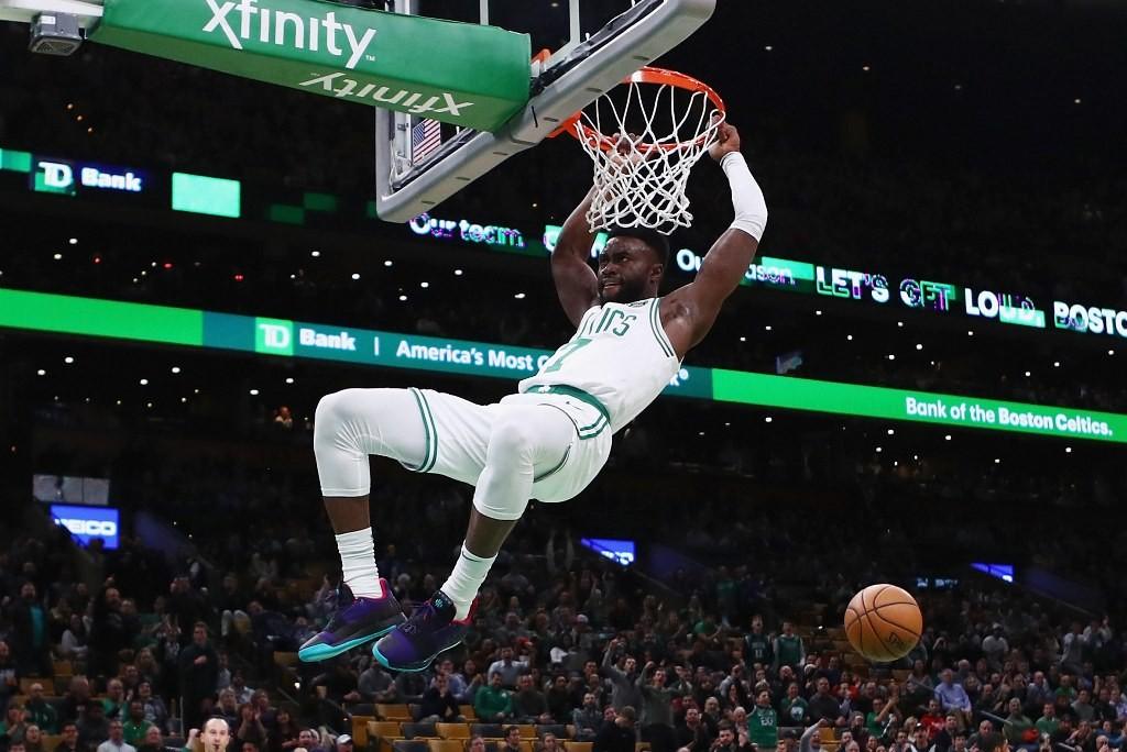 Pemain Boston Celtics, Jaylen Brown, melakukan slam dunk (AFP/Tim Bradbury)