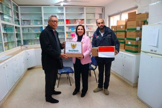 Penyerahan bantuan Indonesia dari Baznas kepada pengungsi Palestina. (Foto: Dok.KBRI Amman).