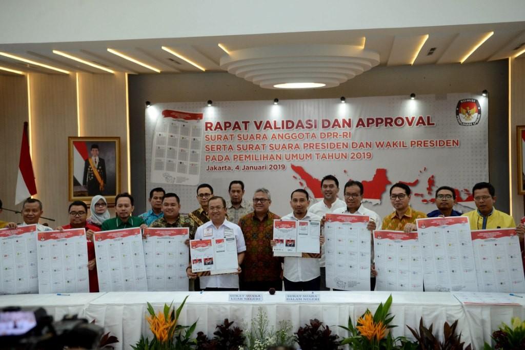 Ketua KPU Arif Budiman (tengah) bersama perwakilan tim kampanye nasional dan partai politik dalam rapat validasi dan approval surat suara pemilu. Foto: MI/Susanto.