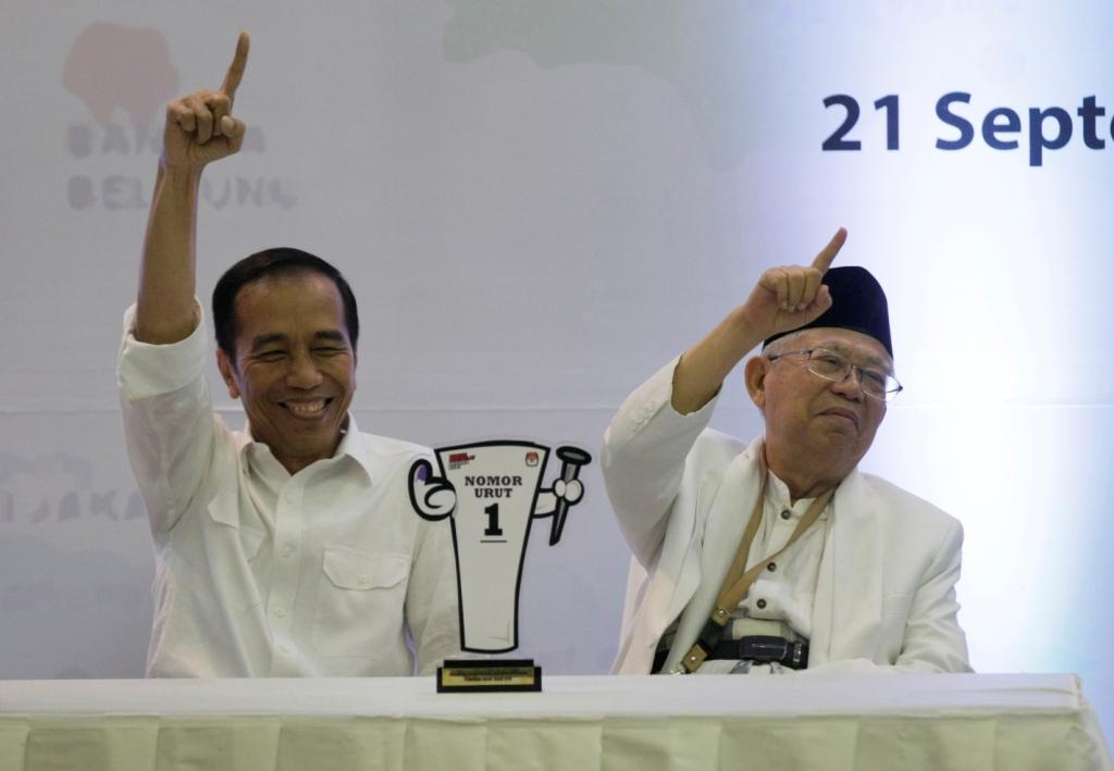 Pasangan Calon Presiden dan Wakil Presiden nomor urut 01 Joko Widodo dan Ma'ruf Amin menerima plakat nomor urut Capres dan Cawapres Pemilu 2019 di Kantor KPU, Jakarta. Foto: MI/Ramdani.