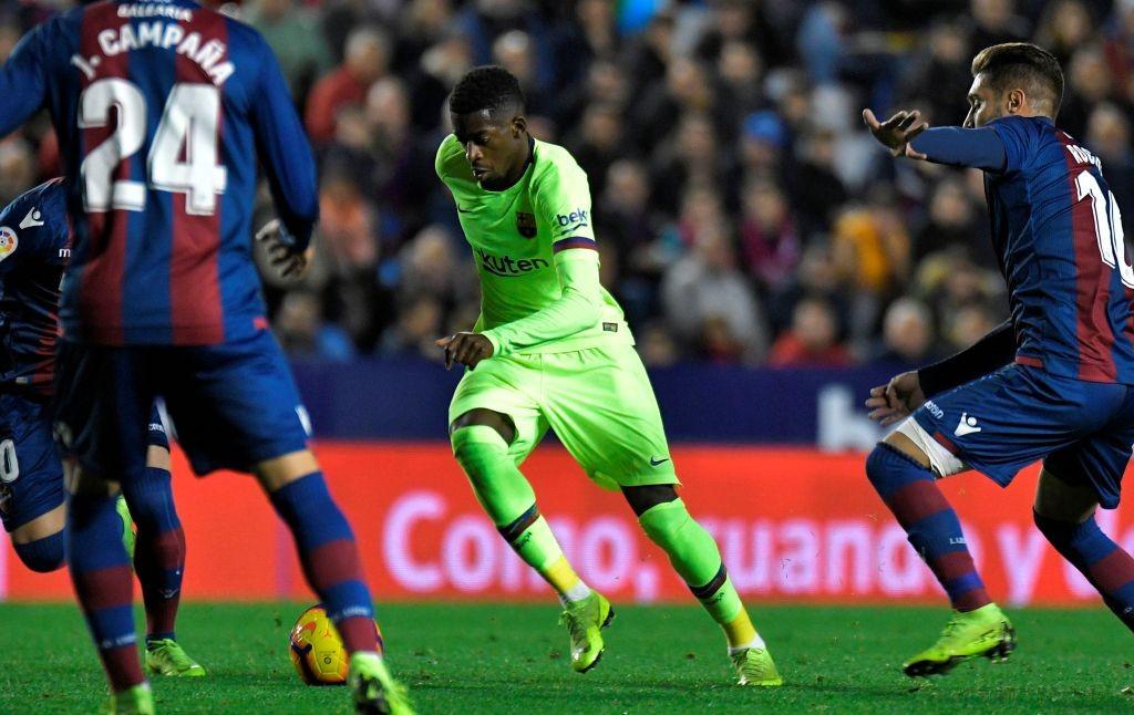Momen saat Ousmane Dembele (tengah) dikepung para pemain Levante (Foto: Barcelona)