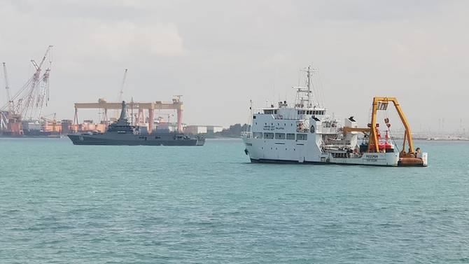 MV Pedoman milik Malaysia (depan) dilaporkan berada di perairan Singapura. (Foto: Channel News Asia)