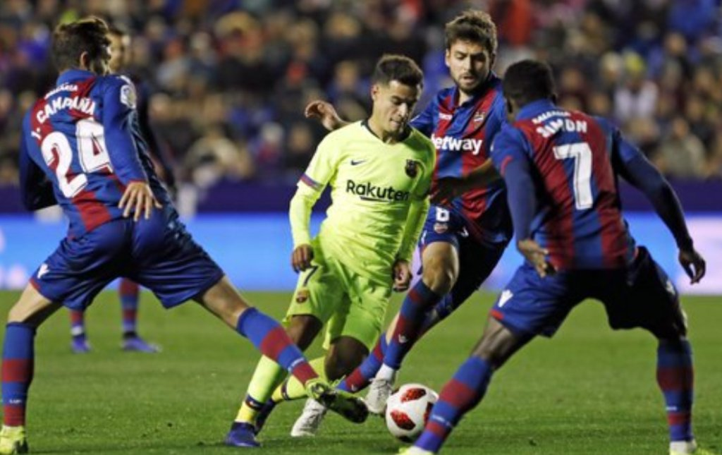 Momen Philippe Coutinho dikepung para pemain Levante (Foto: Barcelona)
