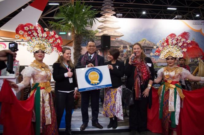 Duta Besar RI untuk Belanda I Gusti Agung Wesaja Puja mewakili Indonesia menerima penghargaan Best Destination  Reisgraag Award. (Foto: Dok. KBRI Den Haag)