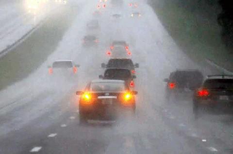 Jaga kecepatan dan jarak meminimalisir kecekaan saat hujan.