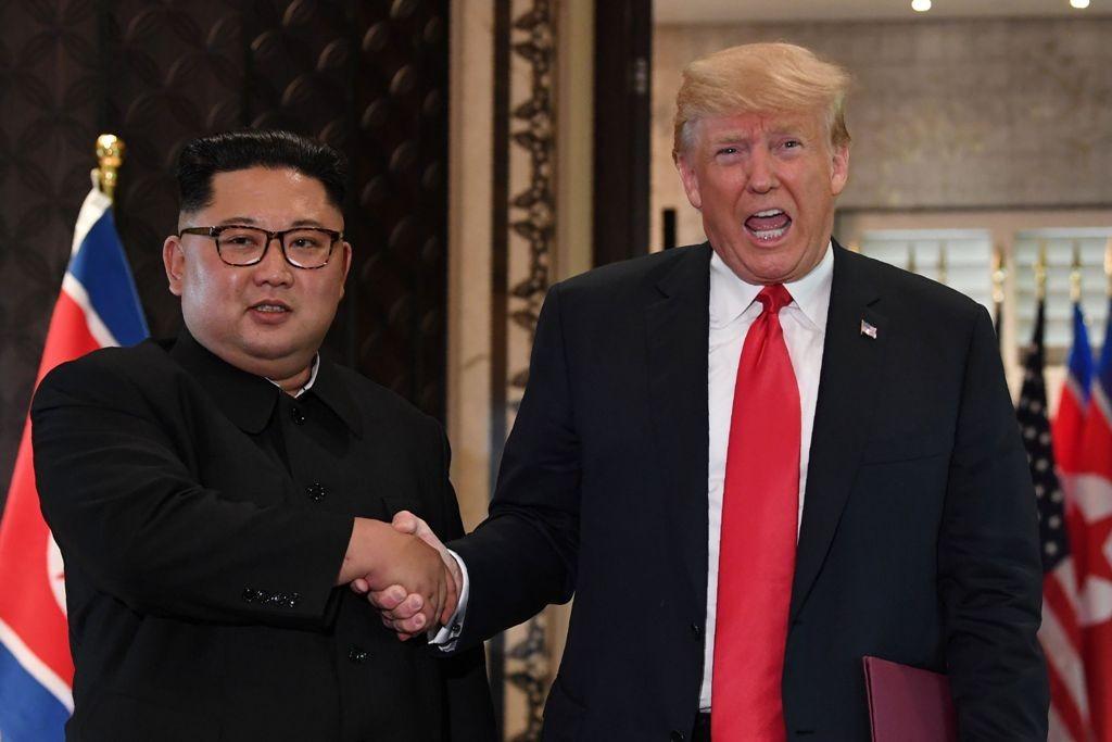 Pertemuan perdana antara Kim Jong-un dan Trump di Singapura, Juni 2018. (Foto: AFP)