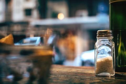 Terlalu berlebihan sodium dapat menyebabkan ginjal menahan air