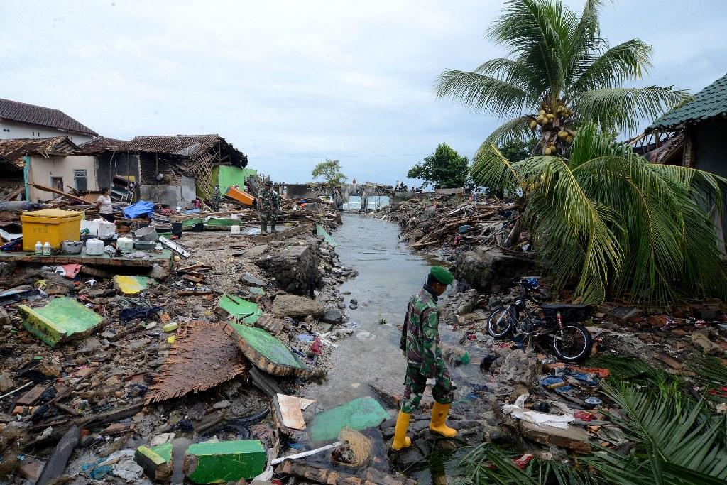 Anggota TNI membantu pencarian warga yang masih hilang diantara reruntuhan rumah warga di Way Muli, Rajabasa, Lampung Selatan, MI/Susanto.