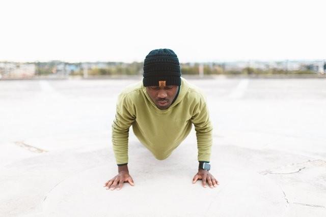 Bagaimana cara mengetahui atau melakukan push up yang benar? Berikut informasinya. (Foto: Sam Owoyemi/Unsplash.com)
