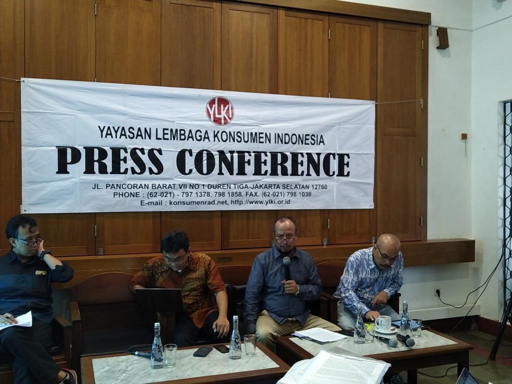 Ketua Pengurus Harian YLKI Tulus Abadi (kedua dari kanan). (FOTO: Medcom.id/Ilham Wibowo)