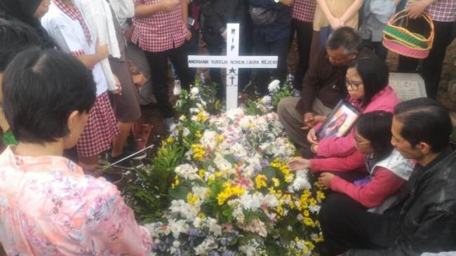 Pemakaman Andriana Yubelia Noven, 18, di Tempat Pemakaman Umum (TPU) Cimuncang, Kota Bandung, Jawa Barat, Kamis, 10 Januari 2018. Medcom.id/ P Aditya Prakasa.