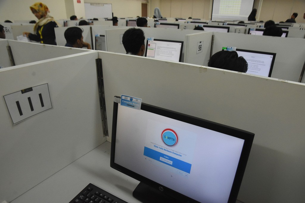 Sejumlah peserta mengikuti ujian tulis berbasis komputer Seleksi Bersama Masuk Perguruan Tinggi Negeri (SBMPTN), ANT /Indrianto Dwi Suwarso.