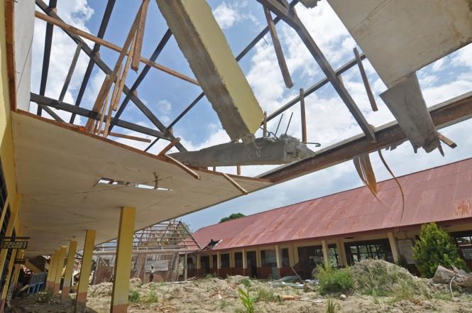 Kondisi salah satu bangunan sekolah yang rusak akibat terdampak gempa dan pencairan tanah (likuifaksi) di Kelurahan Petobo, Palu, Sulawesi Tengah, ANT/Mohamad Hamzah.