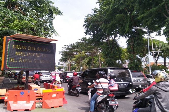 Antrean kendaraan saat melintasi Jalan Raya Gubeng yang ambles pada pertengahan Desember 2018, Medcom.id - Hadi