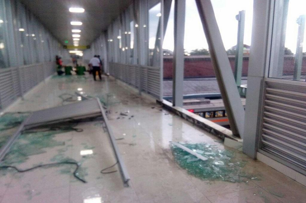 Pecahan kaca skybridge Terminal Tirtonadi-Stasiun Balapan, Solo, Jumat, 11 Januari 2019, Medcom.id - Pythag