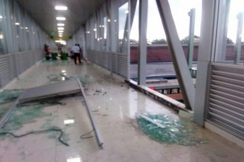 Kaca <i>Skybridge</i> Terminal Tirtonadi-Stasiun Balapan Pecah