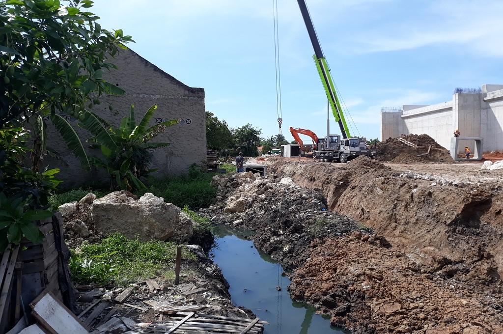 Sebuah alat berat dioperasikan di Kecamatan Benda, Tangerang, untuk membangun jalur tol, Jumat, 11 Januari 2019, Medcom.id - Hendrik