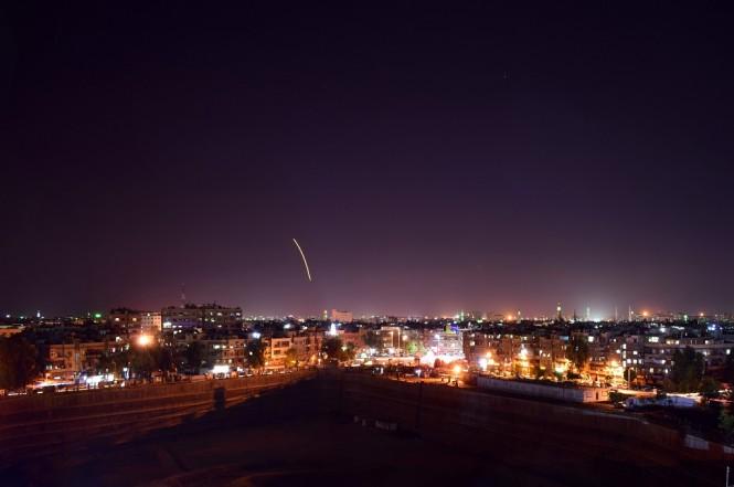 Foto dari media SANA memperlihatkan sistem pertahanan udara Suriah merespons serangan misil dari Israel di Damaskus, 15 September 2018. (Foto: AFP/SANA/HANDOUT)