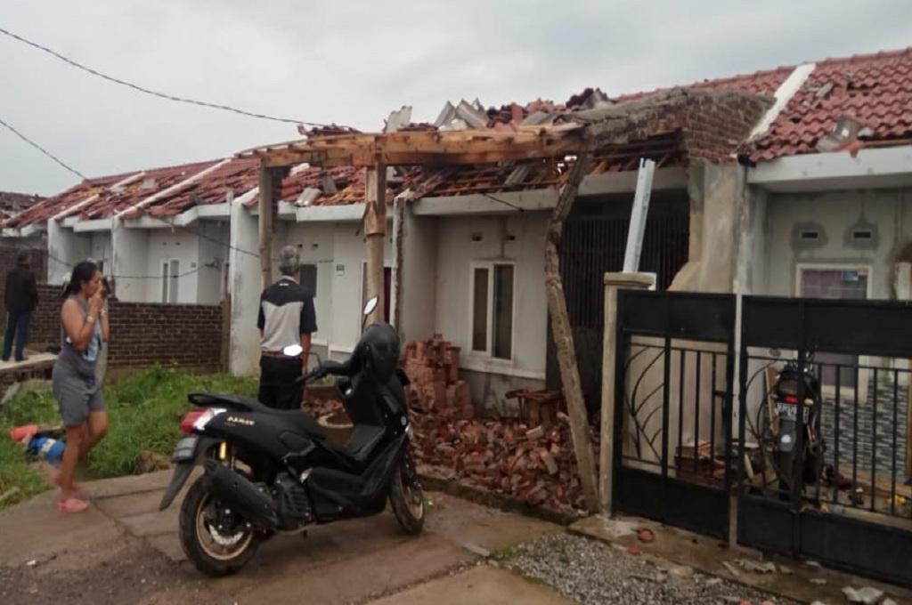 Warga melihat rumahnya yang rusak diterjang puting beliung di Rancaekek, Bandung, Jumat, 11 Januari 2019, Medcom.id - P Aditya Prakasa
