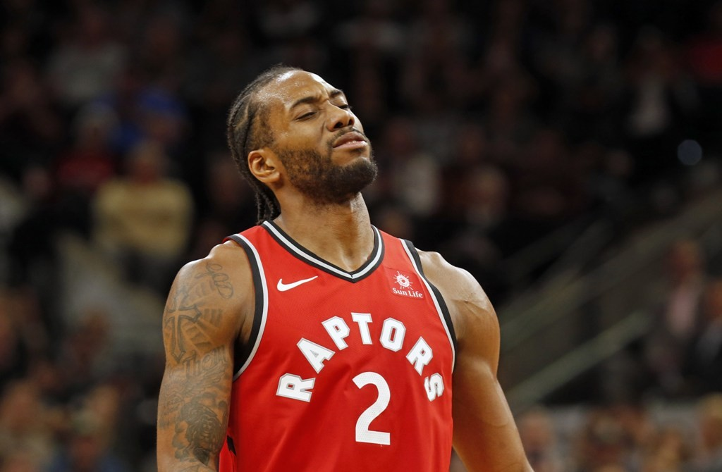 Forward Toronto Raptors, Kawhi Leonard, membantu timnya mengatasi Brooklyn Nets (AFP/Ronald Cortes)