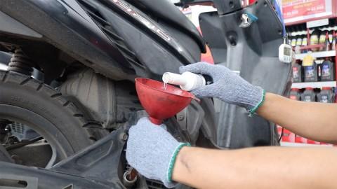 Manfaatkan Cairan Kimia untuk Servis Cepat Motor