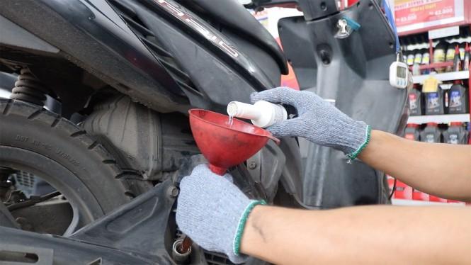 Rahasia layanan cepat Planet Ban adalah penggunaan cairan kimia di ruang bahan bakar dan oli mesin. Planet Ban
