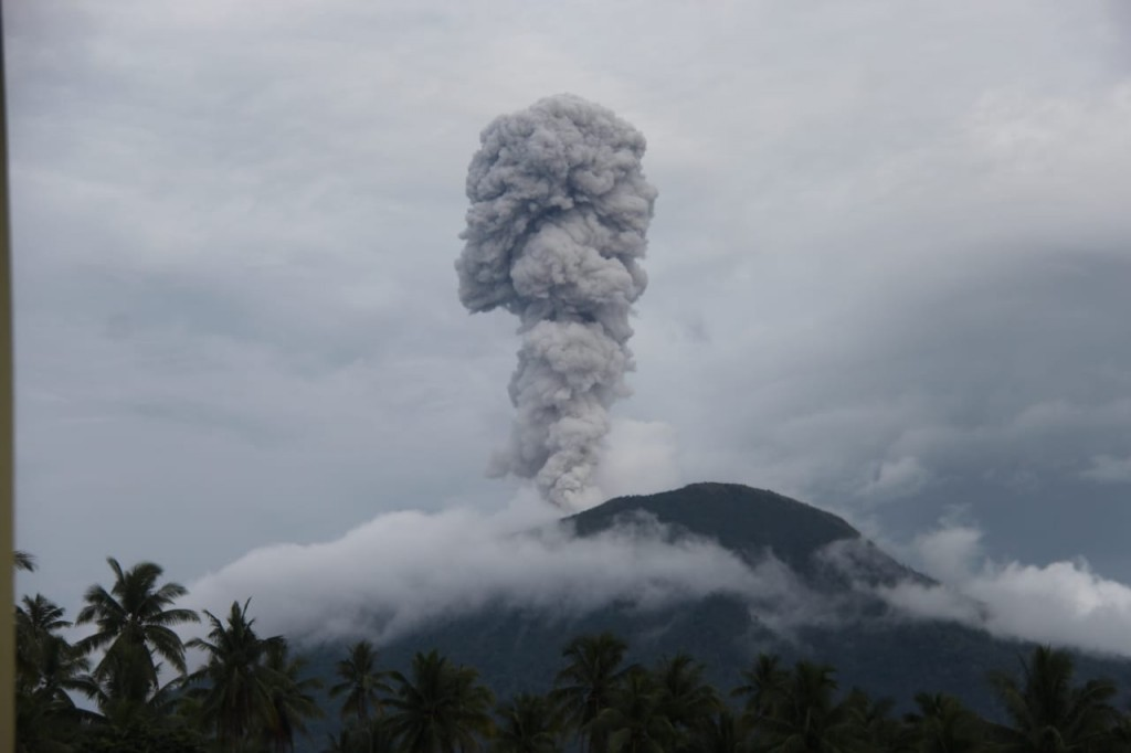 Tinggi kolom abu vulkanik letusan pada 17.12 WIT, Sabtu, 12 Januari 2019, 800 meter dari puncak kawah condong dan ke arah selatan. Istimewa/BNPB