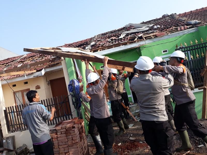 Polisi membantu warga membersihkan puing-puing rumah akibat diterjang angin puting beliung di Rancaekek, Kabupaten Bandung, Sabtu 12 Januari 2018. Medcom.id/P Aditya Prakasa
