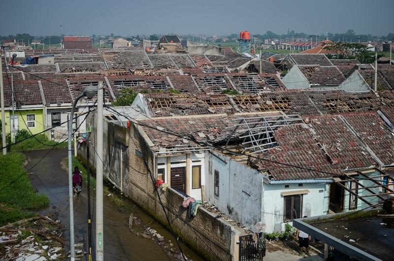 Rumah yang rusak akibat puting beliung yang menerjang Kabupaten Bandung, Jawa Barat, pada 11 Januari 2019. Antara/Raisan Al Farisi