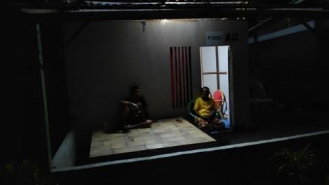 Korban Bencana Sulteng Buat Hunian dari Puing Bangunan