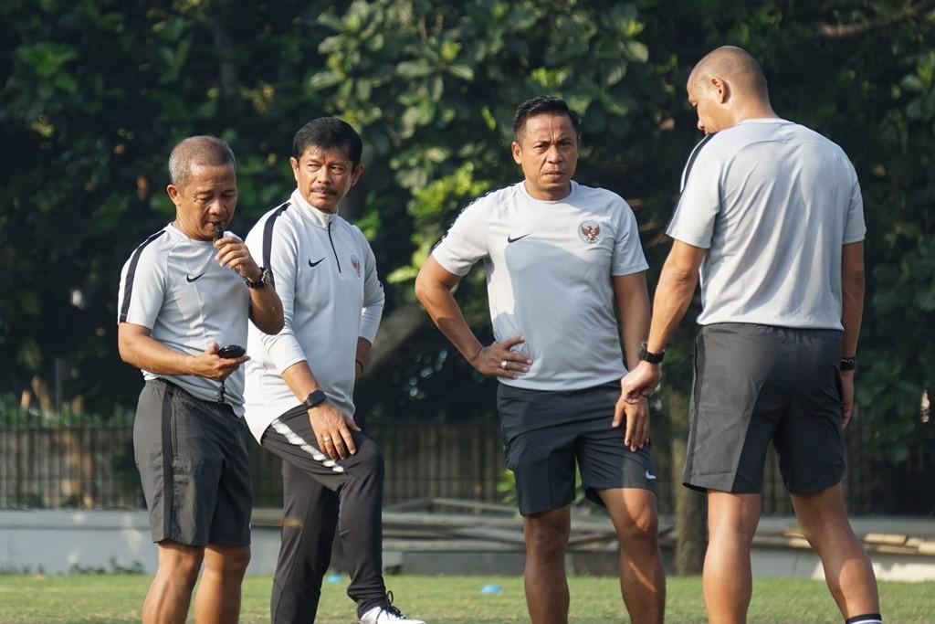 Pelatih timnas U-22, Indra Sjafri (kedua dari kiri) bersama para asistennya. (Foto: Zam/Medcom.id)