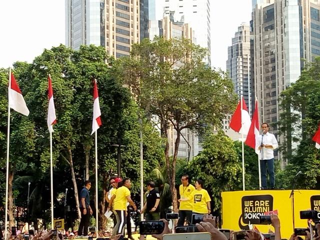 Calon presiden nomor urut 01, Joko Widodo (kemeja putih) dalam acara Gerakan Alumni UI untuk Jokowi-Amin di Plaza Tenggara, GBK, Senayan, Jakarta. Foto: Siti Yona Hukmana/Medcom.id