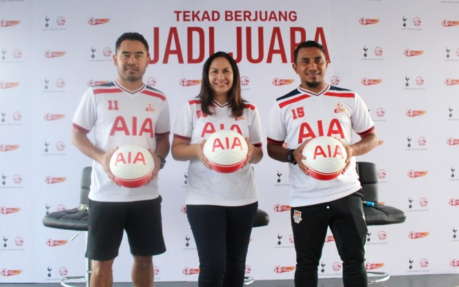 Kathryn Parapak, Head of Brand and Communication (Tengah) bersama dengan legenda sepak bola Indonesia Firman Utina dan Ponaryo Astaman dalam jumpa pers AIA Championship 2019. (Foto: Istimewa)