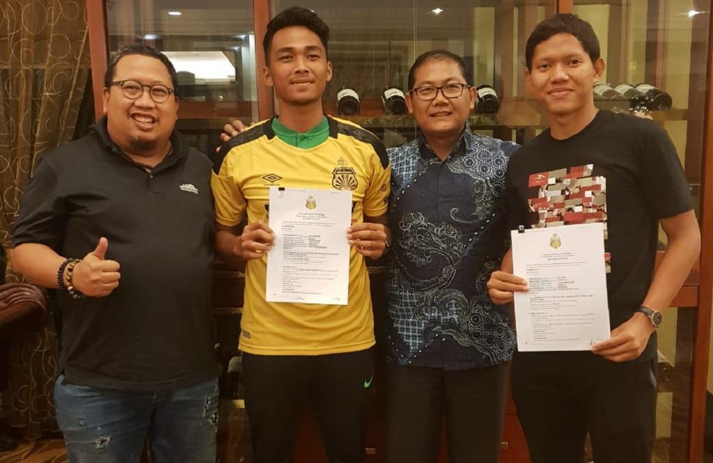 Adam Alis Setyano (kanan) saat meresmikan kepindahannya ke Bhayangkara FC (Istimewa)