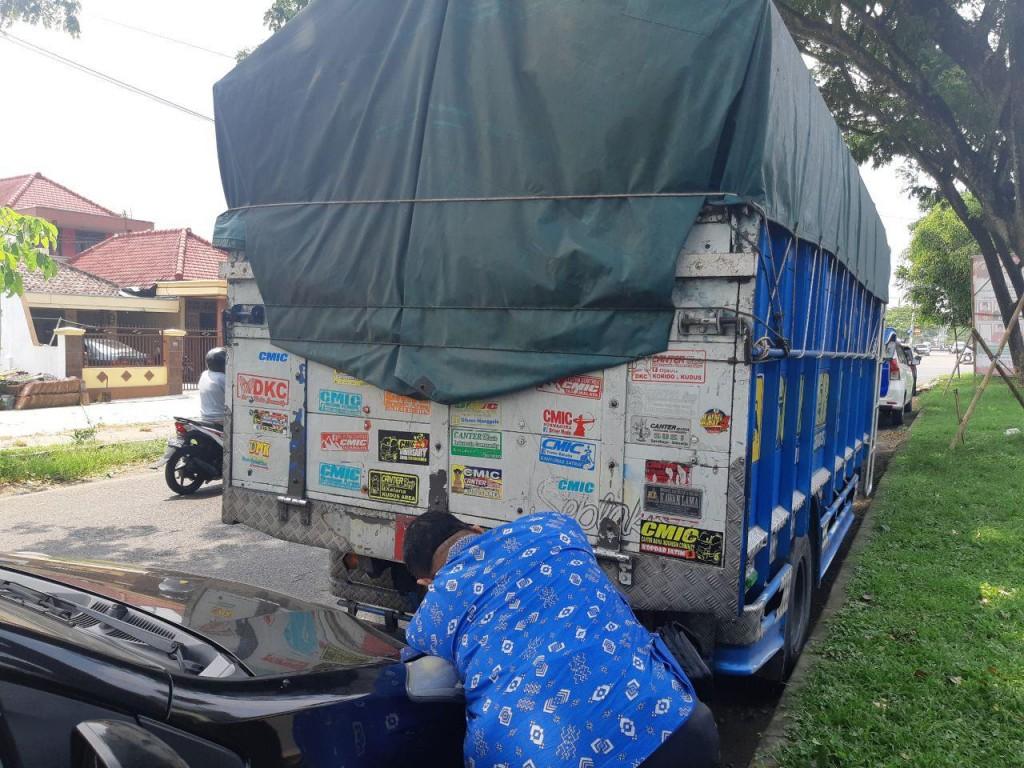 Truk bermuatan tembakau ilegal di Malang, Jawa Timur, Minggu, 13 Januari 2019. (Foto: Bea Cukai Malang).